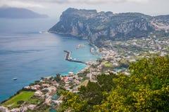 A vista aérea da ilha de Capri e o porto grande latem fotografia de stock royalty free
