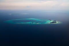 Vista aérea da ilha de Maldivas no Oceano Índico Imagens de Stock