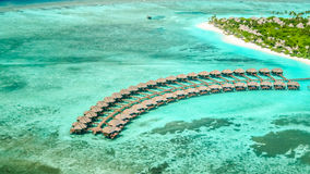 Vista aérea da ilha do irufushi com bungalows da água, maldives Fotografia de Stock