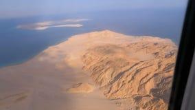 Vista a?rea da janela dos avi?es no deserto, nas montanhas e no Mar Vermelho de Egito com ?gua clara video estoque