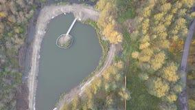 Vista aérea da lagoa na floresta, tempo do outono Natureza e paisagem, vista aérea de uma floresta e lagoa, outono video estoque