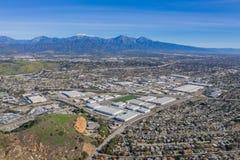 Vista aérea da montagem mt Baldy com alguma construção na área de Pomona imagem de stock