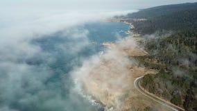 Vista aérea da névoa e da costa de Califórnia do norte
