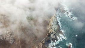 Vista aérea da névoa que deriva acima da costa de Califórnia do norte filme