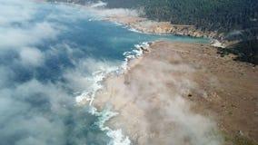 Vista aérea da névoa que deriva para o litoral de Califórnia video estoque