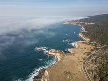 Vista aérea da névoa que deriva para o litoral de Califórnia Fotos de Stock