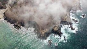 Vista aérea da névoa que deriva sobre a costa de Califórnia do norte filme