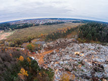 Vista aérea da operação de descarga dos resíduos sólidos perto da vila Fotos de Stock