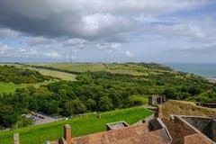 Vista aérea da parede de Dover Castle que olha sobre o campo fotos de stock