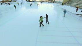 Vista aérea da patinagem no gelo dois amigos exteriores, pista de gelo Medeo das mulheres filme