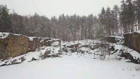 Vista aérea da pedreira do granito de Korostyshevsky durante a queda de neve do inverno Região de Zhytomyr ucrânia filme