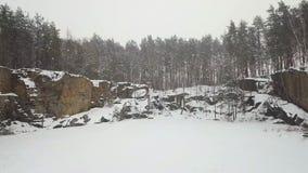 Vista aérea da pedreira do granito de Korostyshevsky durante a queda de neve do inverno Região de Zhytomyr ucrânia video estoque