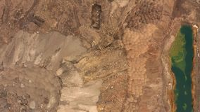 Vista aérea da pedreira da mineração opencast com lotes da maquinaria no trabalho - vista de cima de Poço de escória vídeos de arquivo