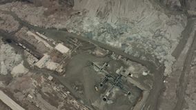 Vista aérea da pedreira da mineração opencast com lotes da maquinaria no trabalho - vista de cima de Poço de escória video estoque