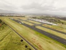 Vista aérea da pista de decolagem do aeroporto internacional de Hilo, Havaí Fotos de Stock Royalty Free