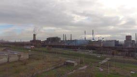 Vista aérea da planta de aço industrial Fábrica aérea do sleel Voo sobre as tubulações da planta de aço do fumo video estoque