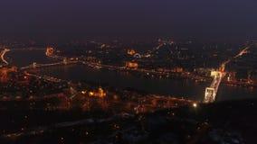 Vista aérea da ponte de cadeia e do rio Danúbio em Budapeste, Hungria à noite vídeos de arquivo
