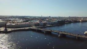 Vista aérea da ponte de St Petersburg através do rio de Neva e de carros moventes contra o céu azul Metragem conservada em estoqu video estoque