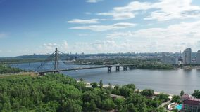 Vista aérea da ponte norte em Kyiv Ucrânia no dia de verão ensolarado vídeos de arquivo
