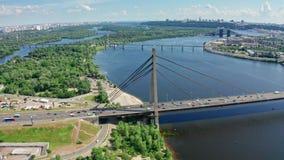 Vista aérea da ponte norte em Kyiv Ucrânia no dia de verão ensolarado filme