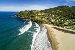 Vista aérea da praia da água quente na península de Coromandel, Nova Zelândia imagem de stock royalty free