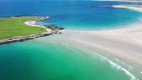A vista aérea da praia concedida de Narin por Portnoo no condado Donegal, Irlanda, é uma das praias as mais finas no mundo vídeos de arquivo