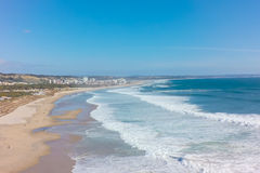 Vista aérea da praia da costa do caparica da costela em Lisboa, Portugal fotos de stock