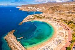 Vista aérea da praia de Amadores na ilha de Gran Canaria na Espanha imagens de stock royalty free