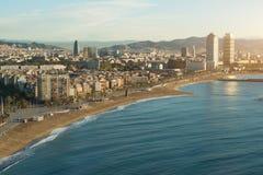 Vista aérea da praia de Barcelona no dia de verão ao longo do beira-mar nos vagabundos foto de stock