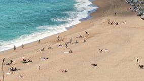 Vista aérea da praia do ` de Sant Pol de Mar do ` Lapso de tempo vídeos de arquivo