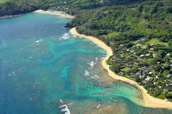Vista aérea da praia dos túneis, Kauai imagem de stock