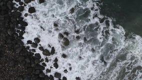 Vista aérea da praia e do mar A textura de superfície dando laços do oceano, mar da vista superior acena o movimento lento, voand filme