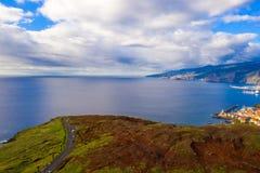 Vista aérea da praia e dos penhascos selvagens imagem de stock royalty free