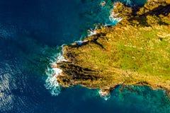Vista aérea da praia e dos penhascos selvagens fotografia de stock