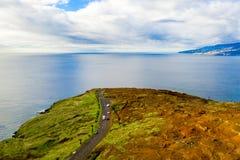 Vista aérea da praia e dos penhascos selvagens fotos de stock royalty free