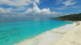 Vista aérea da praia grande de Anse na ilha de Digue do La, Seychelles filme