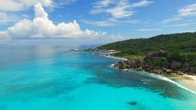 Vista aérea da praia tropical (Anse grande) na ilha de Digue do La, Seychelles vídeos de arquivo
