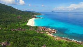 A vista aérea da praia tropical do paraíso com areia branca e a turquesa molham - Anse grande, ilha de Digue do La, Seychelles vídeos de arquivo