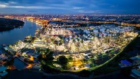 Vista aérea da refinaria de petróleo perto do porto internacional na noite PA Imagens de Stock