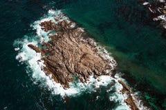 Vista aérea da rocha do geyser, uma ilha pequena ao lado do tintureiro Island Imagem de Stock Royalty Free