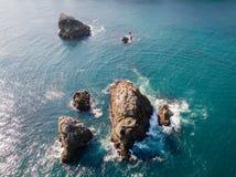 Vista aérea da rocha no mar imagem de stock royalty free