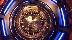 Vista aérea da roda de roleta que gira sob a esfera de vidro com reflexões das luzes aéreas - numere um video estoque