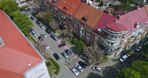 Vista aérea da rua velha com florescência da flor de cerejeira japonesa, Uzhgorod, Ucrânia filme