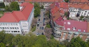 Vista aérea da rua velha com florescência da flor de cerejeira japonesa, Uzhgorod, Ucrânia vídeos de arquivo