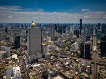 Vista aérea da skyline e do arranha-céus de Banguecoque com skytrain do BTS imagens de stock royalty free