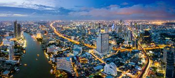 Vista aérea da skyline e do arranha-céus de Banguecoque com skytrain do BTS imagem de stock
