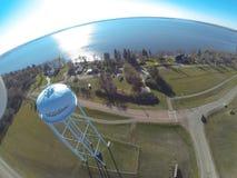 Vista aérea da torre de água rural por um lago Foto de Stock Royalty Free