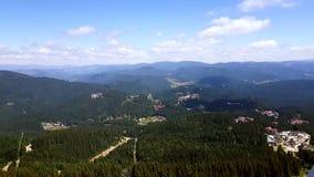 Vista aérea da torre de Snezhanka em montanhas durante a temporada de verão, Bulgária de Rhodope vídeos de arquivo