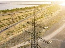 Vista aérea da torre elétrica de alta tensão d do pilão das linhas elétricas fotografia de stock