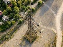 Vista aérea da torre elétrica de alta tensão d do pilão das linhas elétricas imagens de stock royalty free